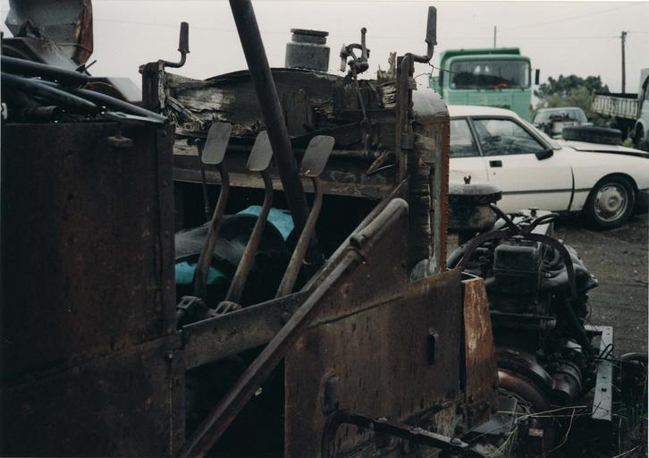 Camion 22 HP, type M à chaînes n°10536 : détail des pédales de commande, deux freins et un embrayage (détail)