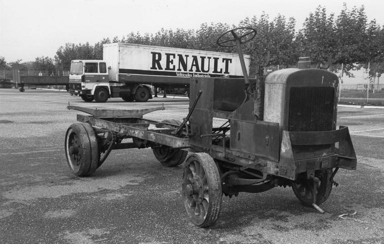 Camion 22 HP, type M à chaînes n°10536 : détail d'une roue avant à rayons et jante en bois garnie d'un bandage sur cercle métallique, moyeu en fonte bagué de bronze (détail)