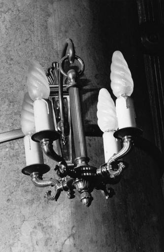 Luminaires d'applique à quatre branches reliées à une tige suspendue à l'applique, décor de cannelures et motifs végétaux, bronze doré