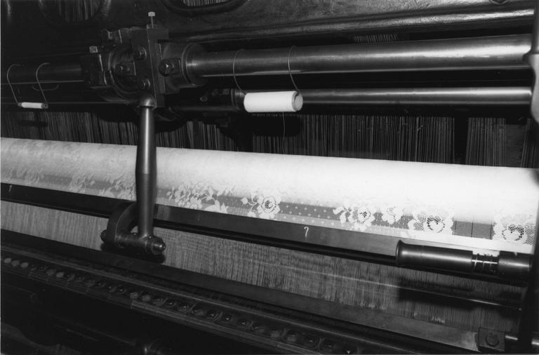 Métier à dentelle Johnson n° 328, jauge dix points, détail d'un lé de dentelle tissé, métal (détail)