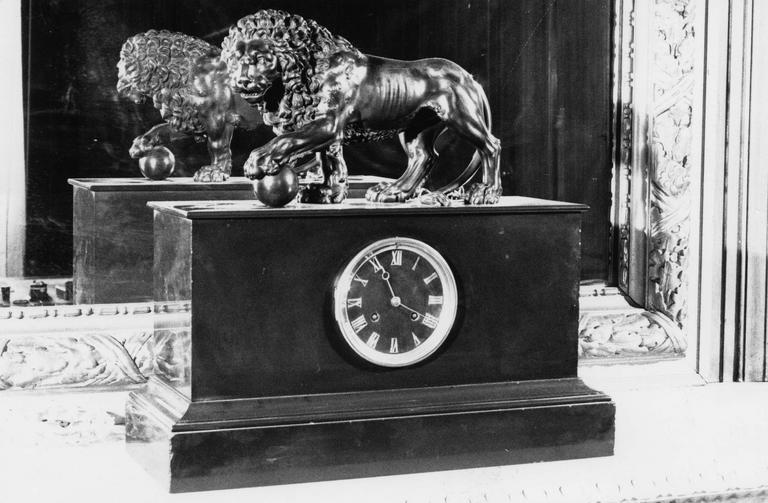 Pendule au lion tenant un globe sous sa patte gauche, marbre, bronze