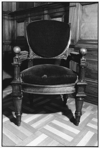 Fauteuil à la reine aux quatre pieds fuselés, tournés, consoles d'accotoirs en forme de colonne dorique, dossier en écu, à enroulement, sculpté de feuilles d'acanthe sur sa traverse inférieure, dit de type 13, bois taillé, tourné, sculpté