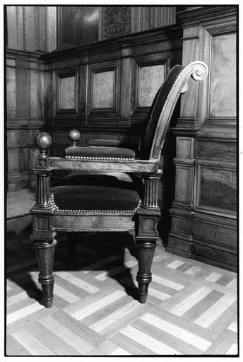 Fauteuil à la reine aux quatre pieds fuselés, tournés, consoles d'accotoirs en forme de colonne dorique, dossier en écu, à enroulement, sculpté de feuilles d'acanthe sur sa traverse inférieure, dit de type 13, bois taillé, tourné, sculpté (vue côté gauche)
