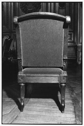 Fauteuil à la reine, dit de type 3 ter, vue du dos, bois taillé, sculpté (détail)