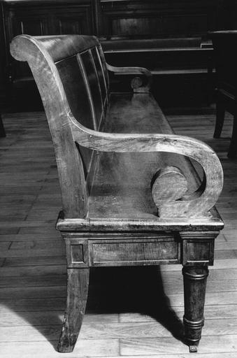 Banc à pieds antérieurs tournés, pieds postérieurs cambrés, dossier à enroulement et deux accotoirs en forme de volutes, dit de type 3, bois taillé, tourné