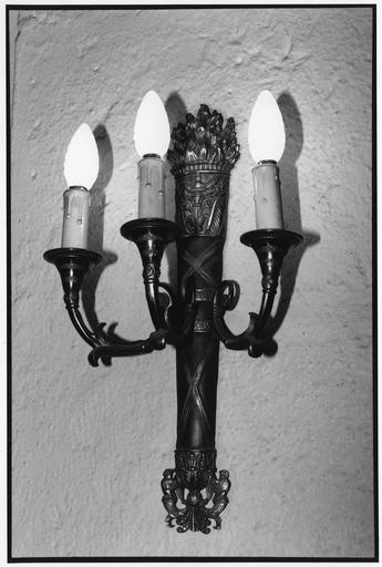 Luminaires d'applique à trois branches, en forme de carquois d'où sortent des flammes, motifs végétaux