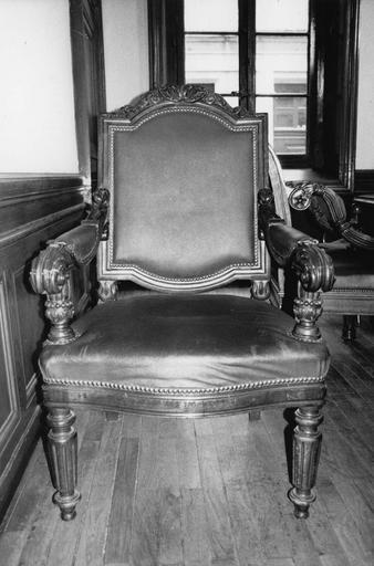 Fauteuil à la reine aux 4 pieds tournés, ceinture galbée, consoles d'accotoir cannelées et sculptées de feuillages, traverse supérieure du dossier orné de rinceaux végétaux, dit de type 25, bois taillé, tourné, sculpté