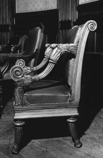 Fauteuil à la reine à 4 pieds fuselés, sculptés de godrons, terminés par des feuilles sculptées, ceinture droite, consoles d'accotoir aux godrons et fleurettes, accotoirs à enroulements tournés vers le haut, dit de type 20, bois taillé, sculpté (côté gauche)