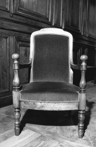 Fauteuil à la reine, pieds antérieurs et consoles d'accotoirs tournés, de forme balustre, accotoirs surmontés d'une boule, garniture en plein, dit de type 19, bois taillé, tourné