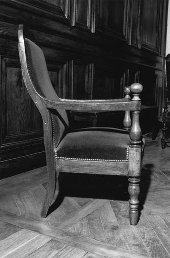 Fauteuil à la reine, pieds antérieurs et consoles d'accotoirs tournés, de forme balustre, accotoirs surmontés d'une boule, garniture en plein, dit de type 19, bois taillé, tourné (vue côté droit)