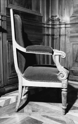 Fauteuil à la reine, à 4 pieds fuselés et cannelés, consoles d'accotoirs et accotoirs à enroulements, dossier en anse de panier, décor de feuilles d'acanthe sculptées, dit de type 16, bois taillé (côté droit)