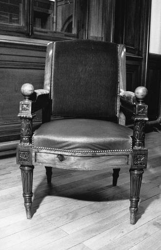 Fauteuil à la reine à quatre pieds fuselés et cannelés, consoles d'accotoir hautes et sculptées de feuilles d'acanthe, accotoirs surmontés de boules, dit de type 3 bis, bois taillé, sculpté