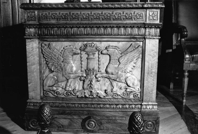 Bureau secrétaire à montants droits, au panneau central orné d'animaux fantastiques affrontés, avec entre eux une cassolette, frises de feuilles d'eau stylisées, de fleurettes, d'oves et fers de lances, bois taillé, sculpté (face)