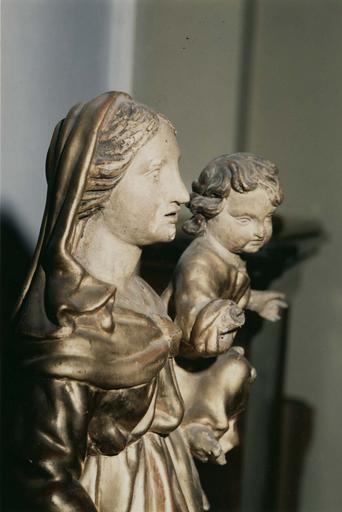 Groupe sculpté : Vierge à l'Enfant, main droite de l'Enfant mutilée, bois sculpté, peint, doré (profil droit, détail)