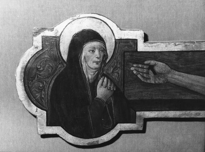 Tableau : Christ en croix, détail de la Vierge, mains jointes, placée à l'extrémité gauche de la croix (détail)