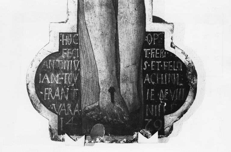 Tableau : Christ en croix, détail de l'inscription placée aux pieds du Christ (détail)