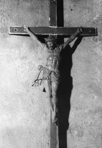 Statue : Christ en croix, utilisée comme croix de procession, bois sculpté, peint
