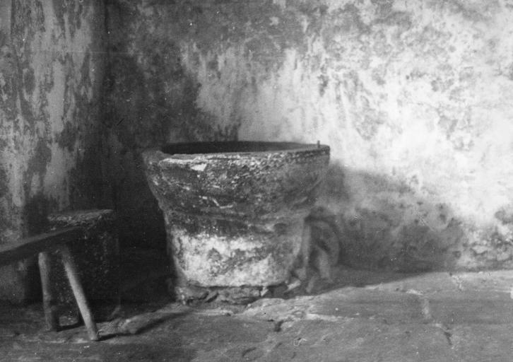 Fonts baptismaux à cuve circulaire, pierre taillée