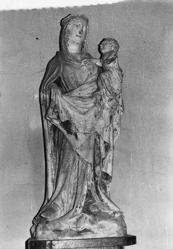 Groupe sculpté : Vierge à l'Enfant, pierre sculptée, traces de polychromie