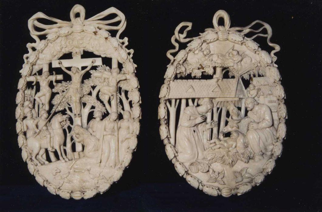 deux reliefs (plaques de reliure) : Nativité et Crucifixion, vue générale