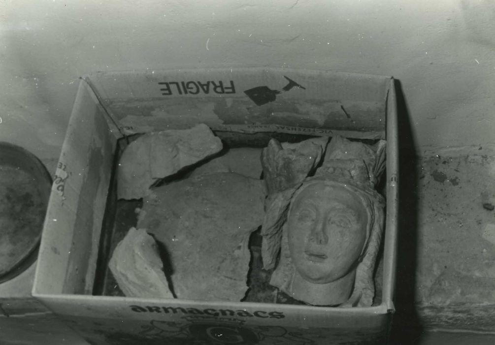 fragments de statue : Vierge à l'Enfant, vue partielle