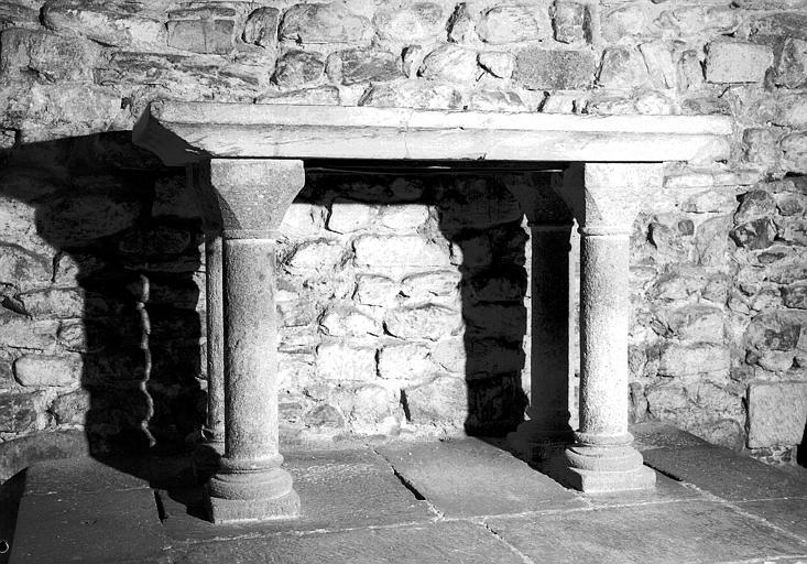 Autel en marbre noir déposé devant les fonts baptismaux, donné à l'ancienne abbaye lors de sa fondation par Ermengarde femme de Bernard Plentavelne comte de Blesle