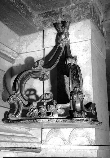 Console en bois sculpté peint en noir et doré