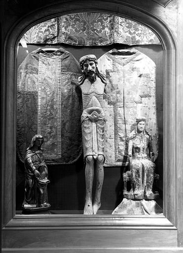 Christ en bois polychrome provenant de saint Etienne de Blesle, Vierge de Majesté en bois, Chasuble en soie damassée à fond vert sur lequel se détache la croix rose pour le fond avec fleurs de couleurs, les bras de la croix ont été recousus au XIXème