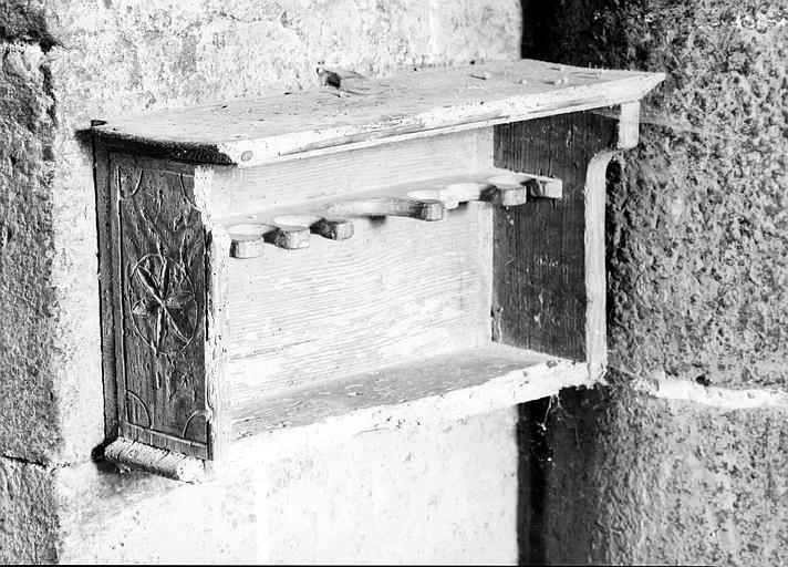 Etagère en bois pour les menus objets de culte
