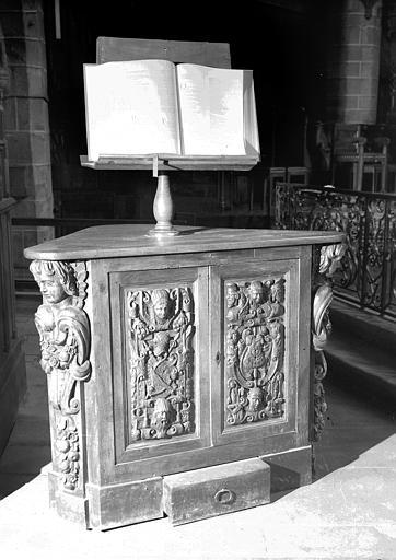 Lutrin en bois sculpté