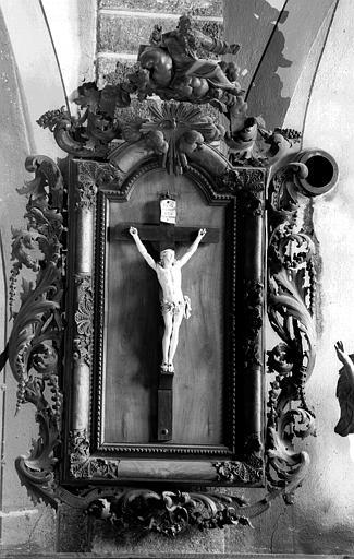 Christ en croix, statuette en ivoire, cadre sculpté par Vanneau, sacristie