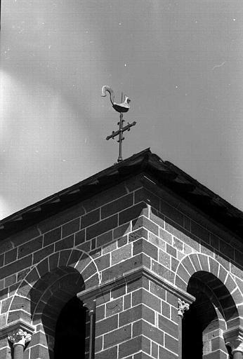 Coq en bronze surmontant le clocher