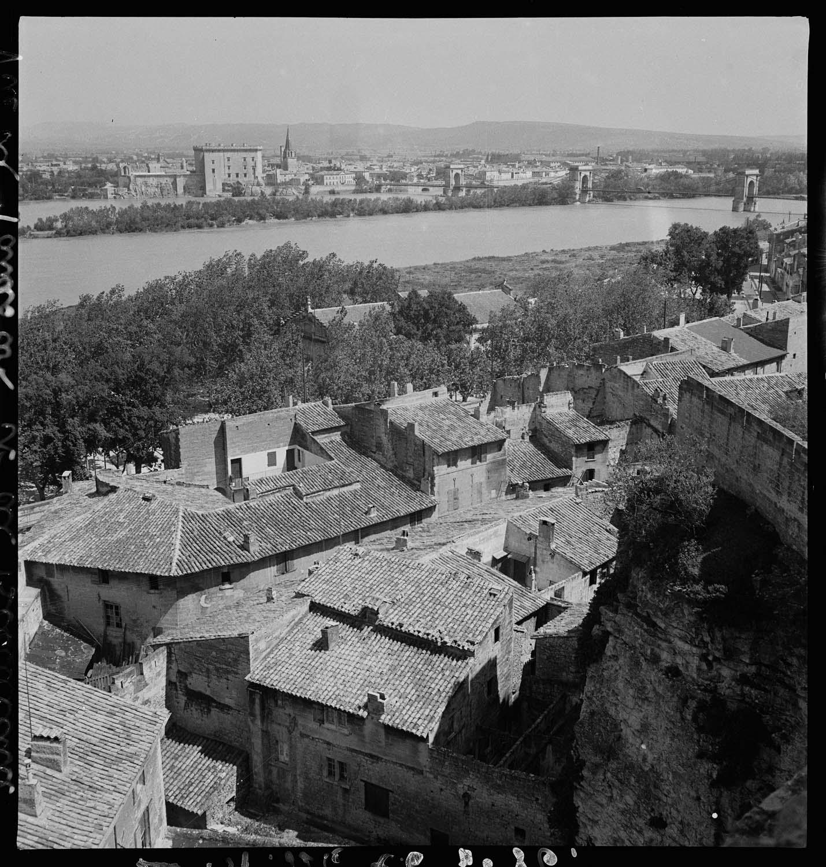 Vue générale de la ville depuis la rive opposée du Rhône