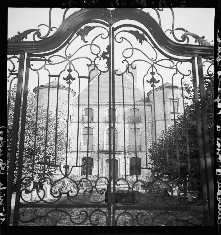 Façade principale et grille d'entrée