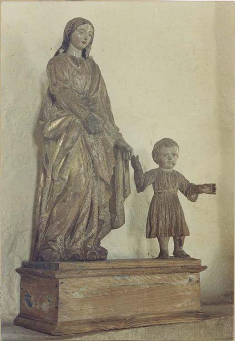 groupe sculpté : Vierge tenant l'Enfant par la main