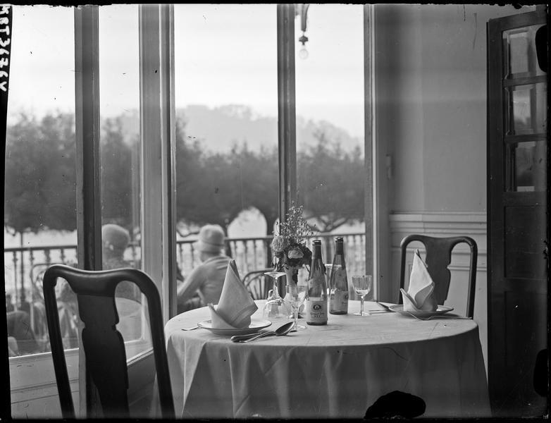 [Publicité pour Clicquot Club Sec : une table dressée dans un restaurant]