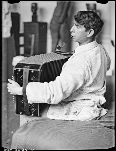 [Le sculpteur Ossip Zadkine jouant de l'accordéon]