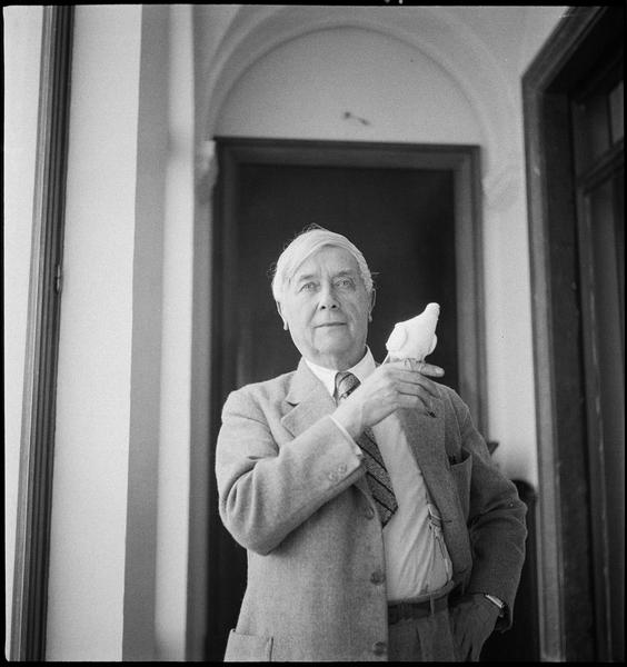 [Maurice Maeterlinck avec une colombe]