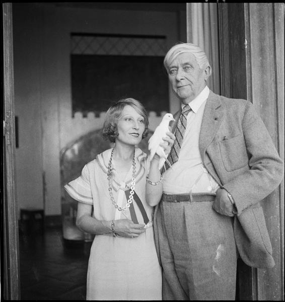 [Monsieur et madame Maeterlinck et une colombe]