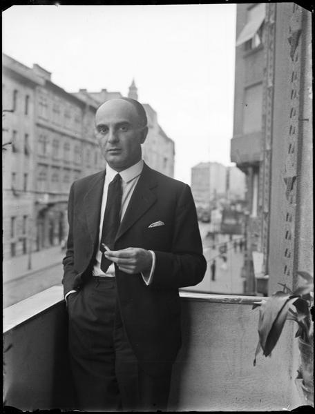 [Imre Kertész sur un balcon]