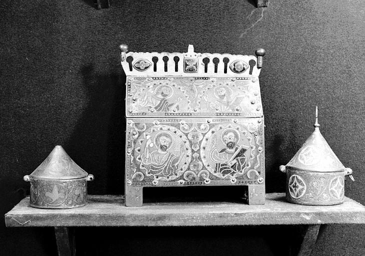 Deux pyxides en émail de Limoges provenant de l'Eglise de Courgivaux, chasse en émail de Limoges qui semble moderne