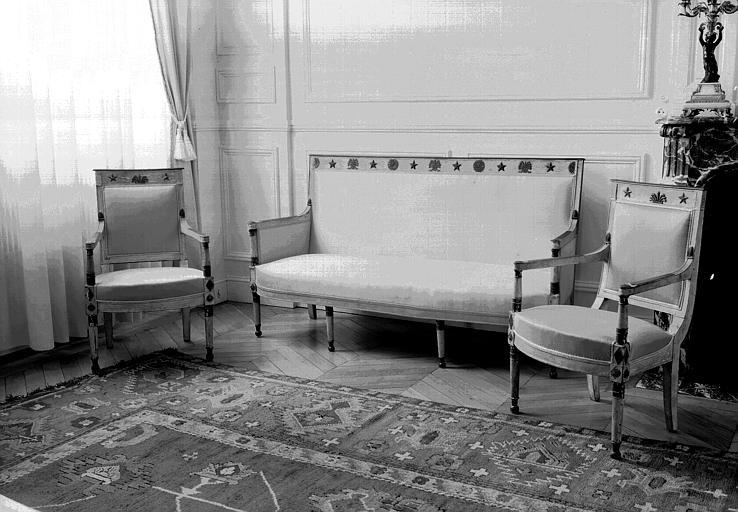 Deux fauteuils et un canapé en bois peint décorés d'étoiles et de palmettes