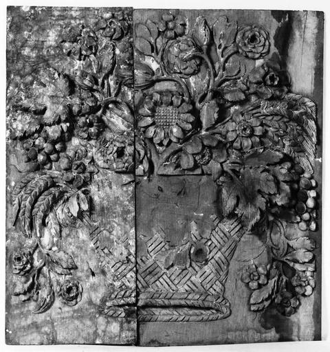 2 reliefs (panneaux sculptés)