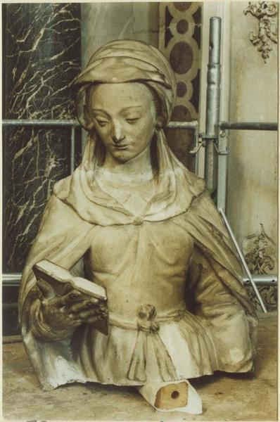 Statue: sainte Catherine (?), détail