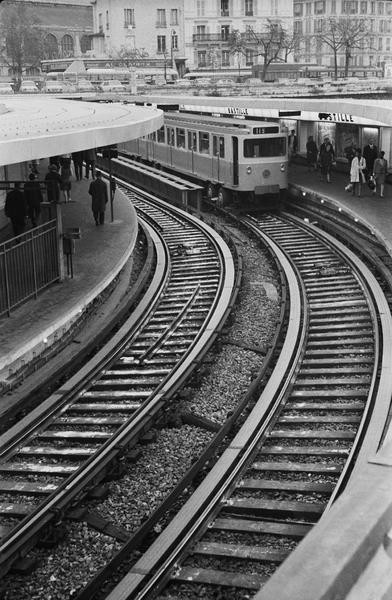 Vue d'ensemble sur la station de métro en plein air, une rame à quai