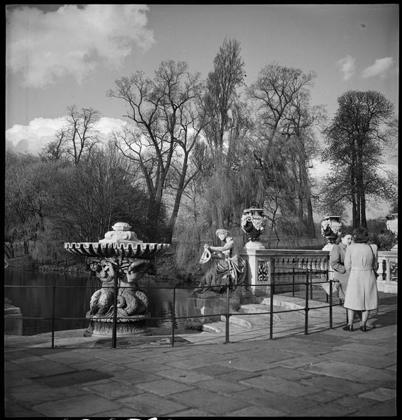 Vue sur le parc et un bassin : deux femmes en conversation