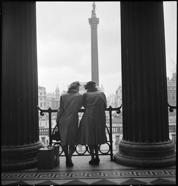 Vue prise entre deux colonnes : deux femmes de dos