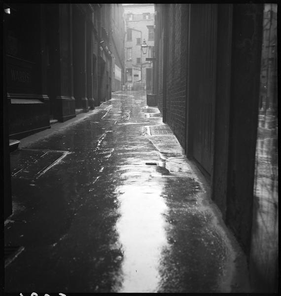 Dans le Strand : une venelle sous la pluie