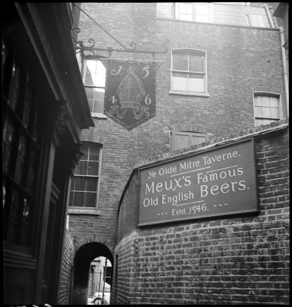 Enseigne et panneau «Meux's Famous Old English Beers»
