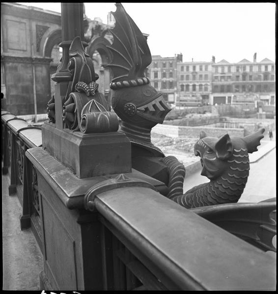 Détail de l'ornementation du viaduc : groupe sculpté, chevalier et dragon